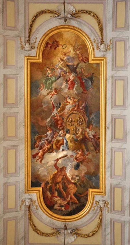 Reggia di Caserta, Salone degli Alabardieri, con le armi di casa Borbone sostenute dalle virtù, affresco di Domenico Mondo, 1787